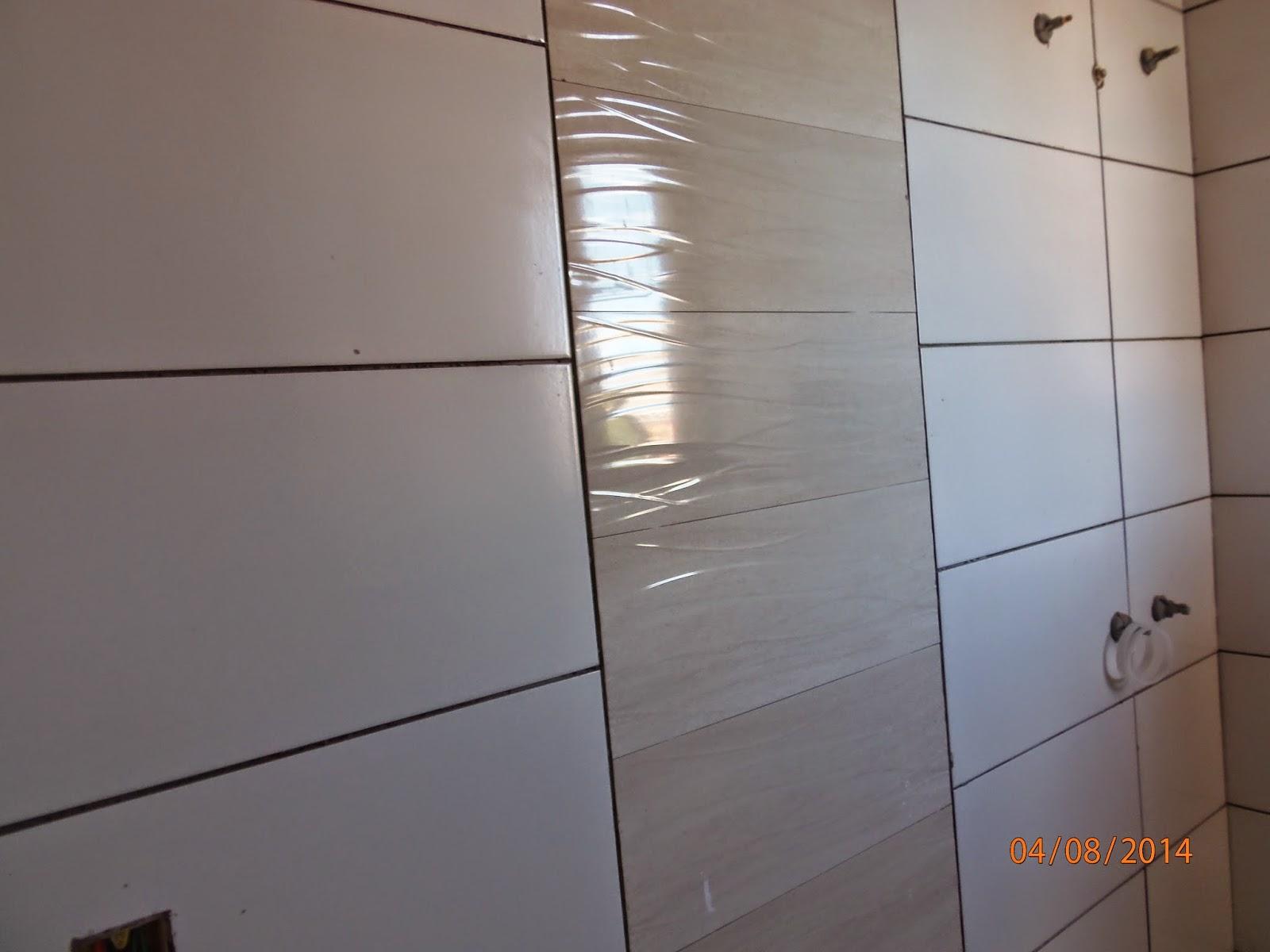 Detalhe do revestimento que vai atrás do vaso sanitário( quarto de  #745C4D 1600x1200 Banheiro Branco Com Rejunte Cinza