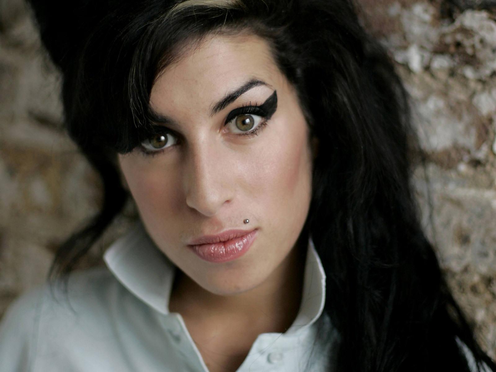 http://1.bp.blogspot.com/-HdR0OEC8dKw/Tisy2gL0AmI/AAAAAAAAAJ0/YrtSS9x-izI/s1600/Amy_Winehouse_0001_1600X1200_Wallpaper.jpg