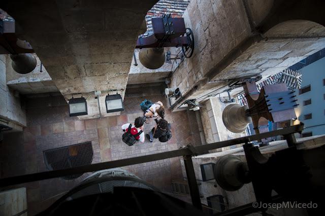 Fotos en picat amb gent i campanes al Campanar d'Ontinyent. AFCA. Fotografia Canals.