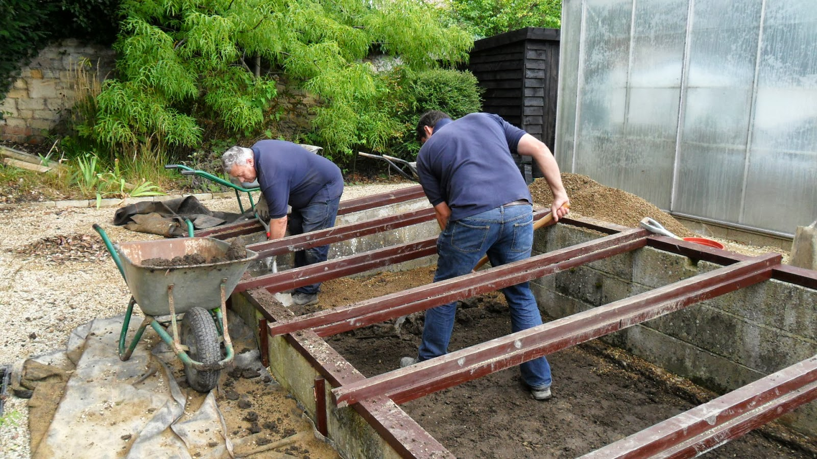 Worcester college gardeners another concrete cold frame base for Concrete freezing