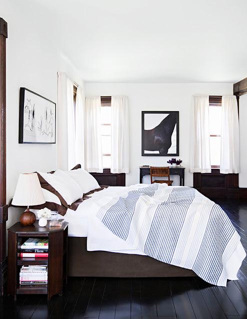 Dunkles Holz, Weiß und Blau in der Einrichtung oder wie vintage modern wird: Schlafzimmer in beruhigender Kombination