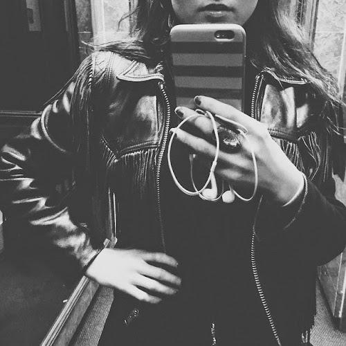 Instagram:Nikki posta nova foto usando uma jaqueta de couro