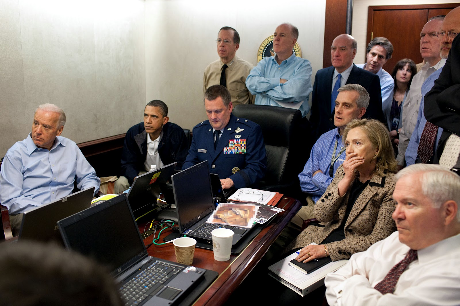 http://1.bp.blogspot.com/-HeNrHViH6cM/T578kvKuskI/AAAAAAAADIg/GZt5_PhVpPg/s1600/Obama_and_Biden_await_updates_on_bin_Laden.jpg