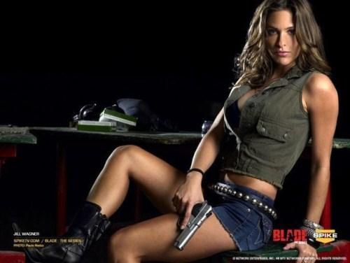QUEL EST LE NOM DE LA REPLIQUE - Page 2 Sexy-girls-with-weapons-019