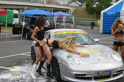Cewek Seksi Cuci Mobil Mewah