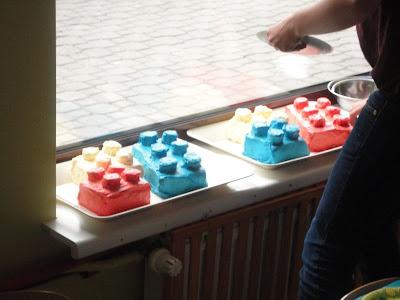 Tort w kształcie klocków lego
