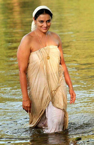 Rathinirvedam Hot Photos Of Rathi Chechi Swetha Menon Pictures