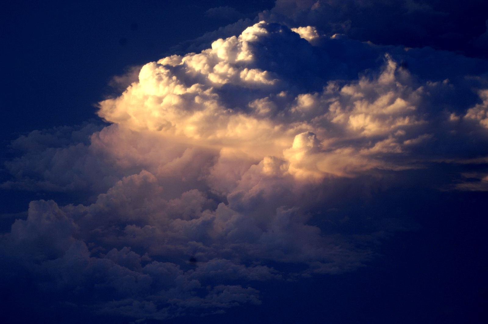 http://1.bp.blogspot.com/-HfXwusKxp3s/TgUBW8zlerI/AAAAAAAAAjE/1341pYwS3Zg/s1600/moon_cloud_b_05.JPG
