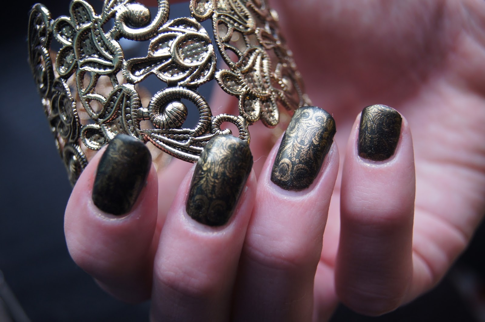 nail-art-black-golden