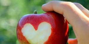 Memakan apel dari ketiak