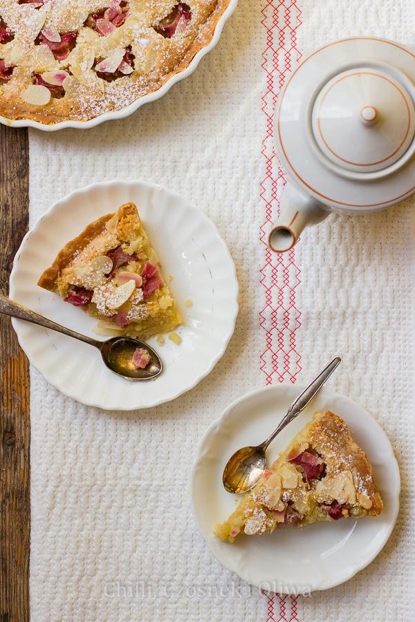 prosta tarta ciasto z rabarbarem i woda rozana