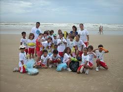 Coleta de lixo na praia