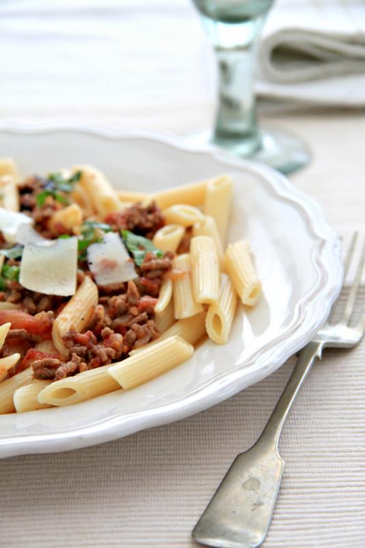 Makaron z sosem mięsno-pomidorowym z oliwkami