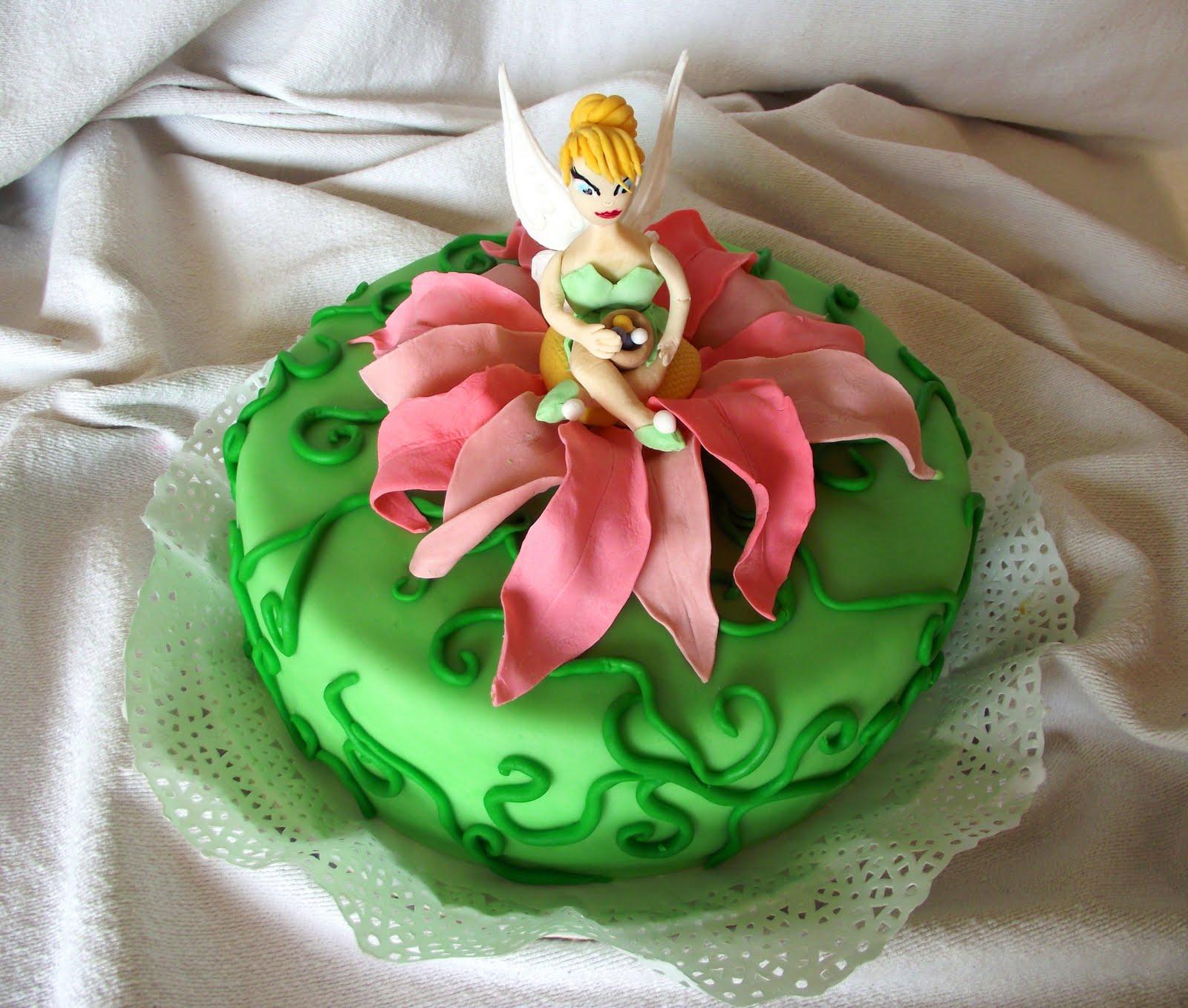 Torta infantil cubierta de masa dulce, ambientada en