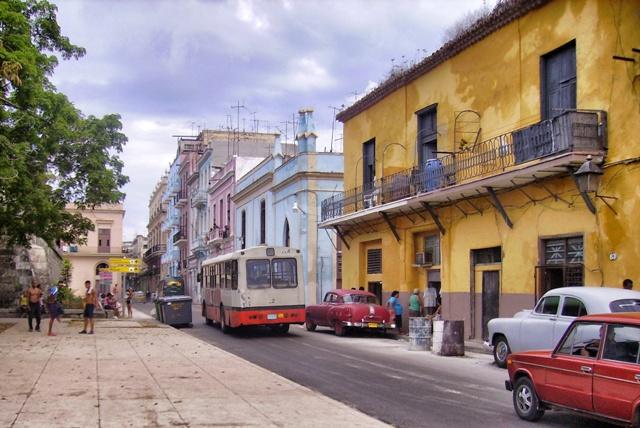 Un autobús de Málaga en las calles de La Habana