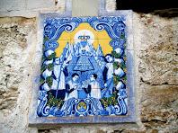 Detall del plafó ceràmic dedicat a la Verge de Montserrat