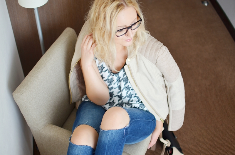 Outfit_zerrissene_Jeans_Peep_Toe_Ankle_Boots_Hahnentritt_Top_beige_Biker_Jacke_ViktoriaSarina