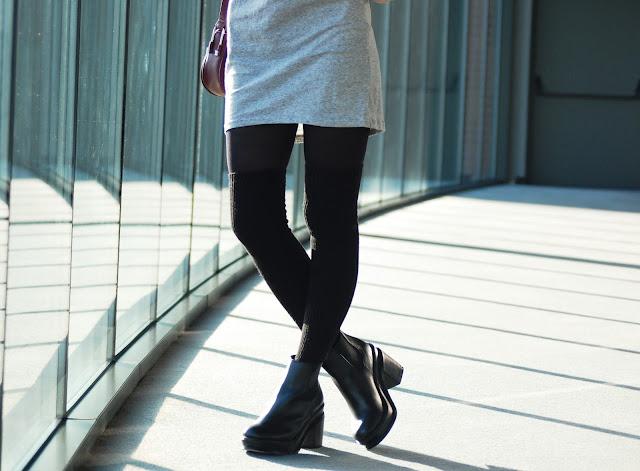 szara sukienka i biker boots