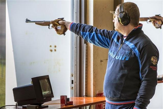 No último tiro, Gurianov (Rússia) supera o campeão mundial na Pistola 50m e conquista sua 1ª medalha - Tiro Esportivo - Foto: Reprodução/ ISSF