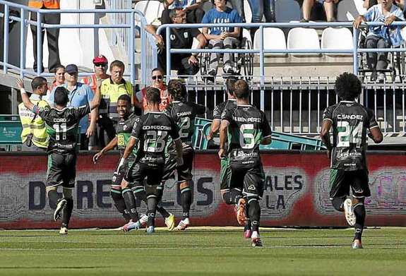 Garry Rodrigues celebrates with Elche teammates after scoring the winning goal against Málaga