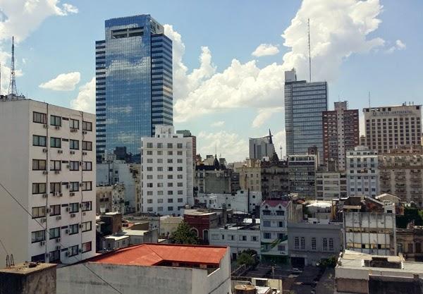 Näkymä kattoterassilta Buenos Airesin ylle