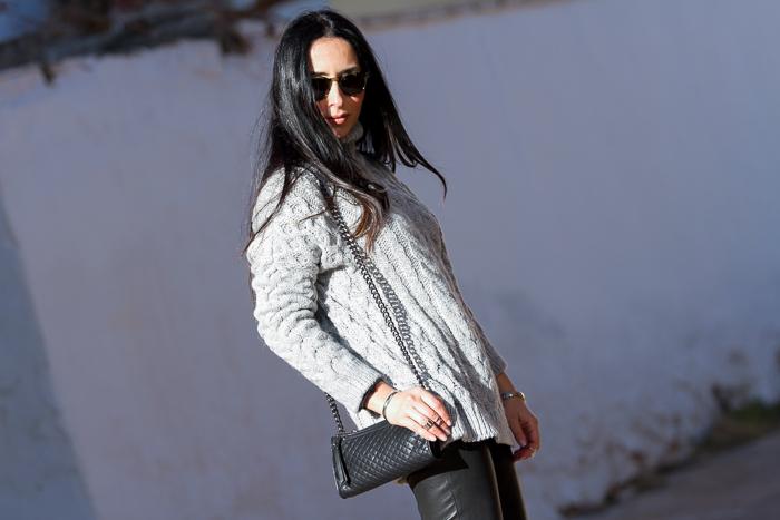 Combinación de gris y negro con gafas Bottega Veneta
