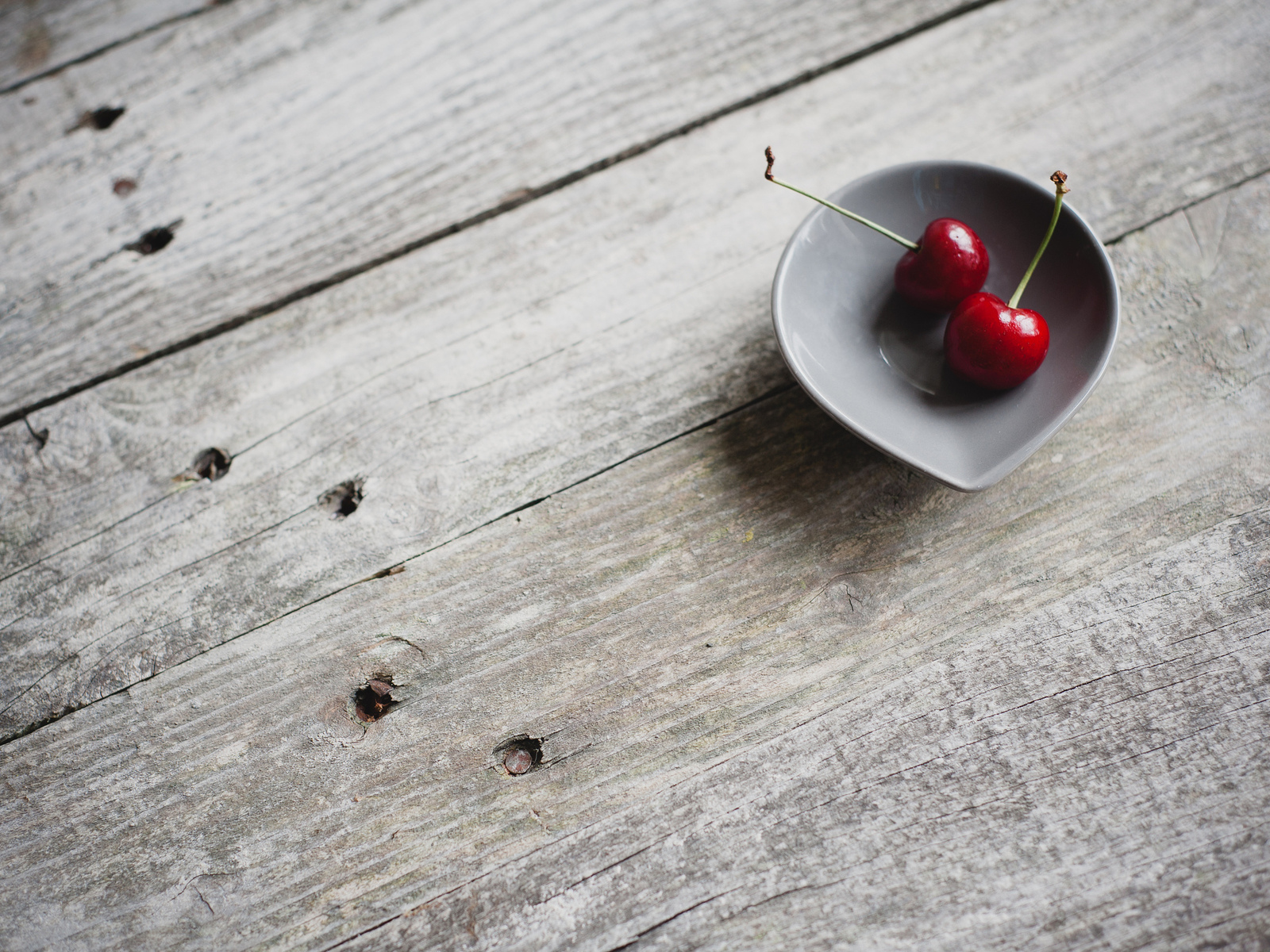 http://1.bp.blogspot.com/-HiZ3c8mCvsE/UF83ETIZ1PI/AAAAAAAAEwE/DS582xNuXJw/s1600/Two-Cherries-in-Bowl-Selectiv-Color-Photo-HD-Wallpaper--NatureWallBase.Blogspot.Com.jpg