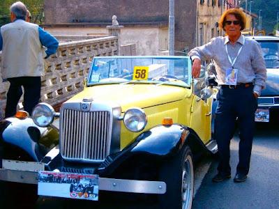 Renato Alessandrini com seu MP Lafer 1981 em evento automobilístico na Itália.