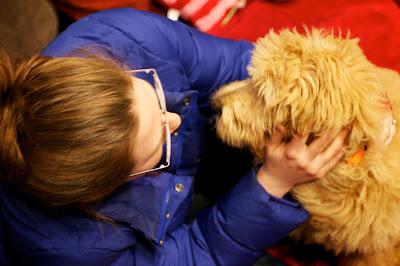 mujer con gafas y su perro