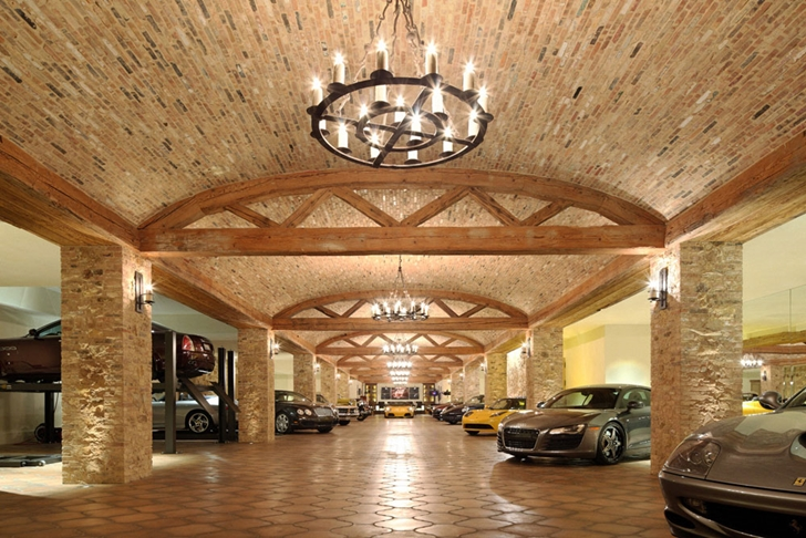 Huge garage in Luxury Villa Del Lago