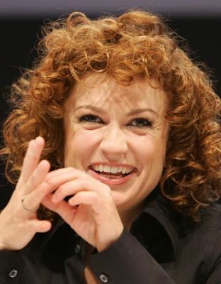 """Родната певица Люси Дяковска, която бе част от немската поп група """"No Angels"""", съвсем скоро ще се ожени за приятелката си Кармелия"""