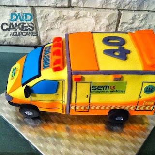 http://dvdcakes.blogspot.com.es/2013/10/tarta-mike-ambulancia-medicalizada.html