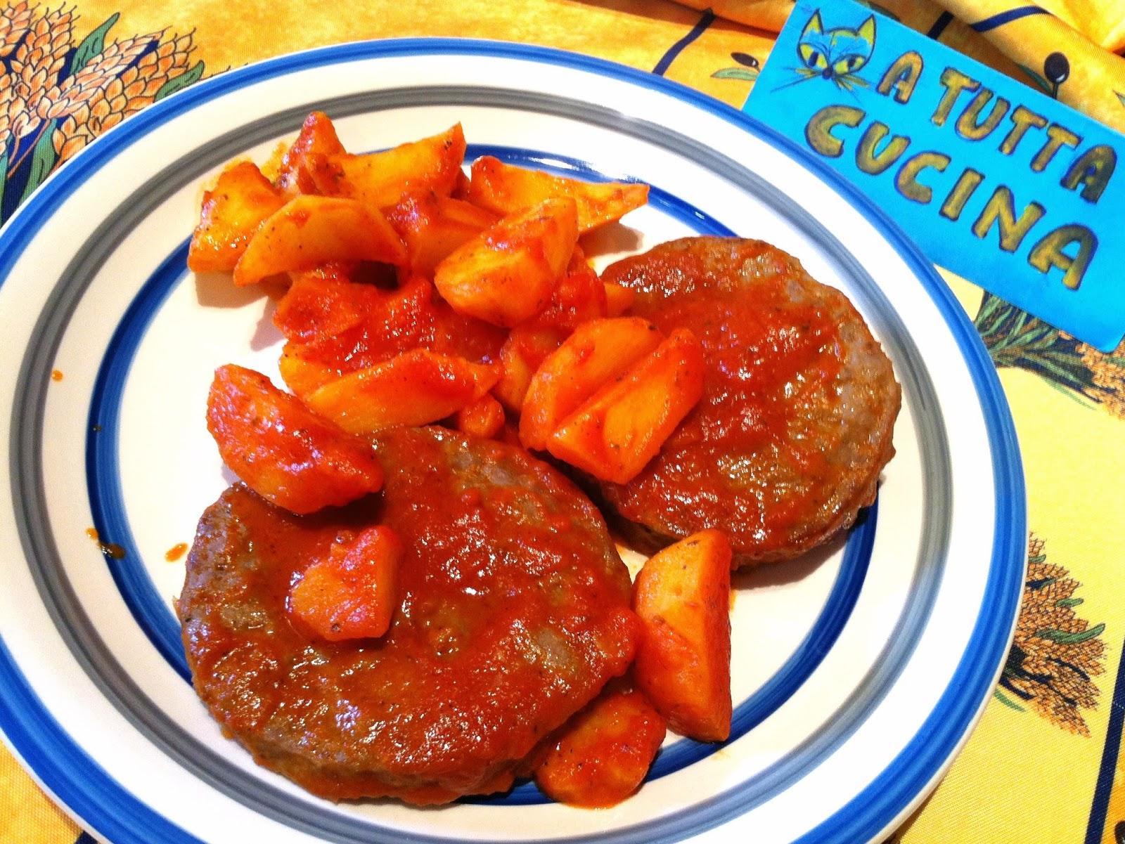 tagliare ogni patata novella in 4 parti metterle in una larga padella unirvi laglio schiacciato 4 cucchiai dolio e rosolare a fiamma vivace per 5