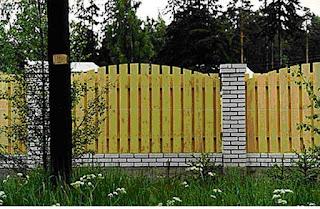 Деревянный забор с кирпичными столбами. Фото 13