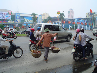 Vietnamese hat man. Hanoi (Vietnam)