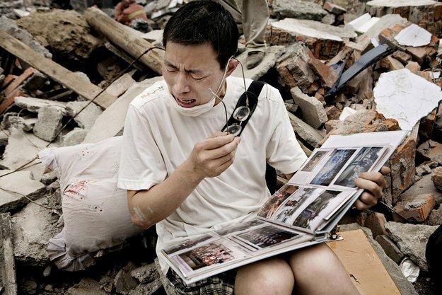 عجائب الدنيا وهل تعلم - عندما عثر أحد الناجين من الزلزال على أحد ألبومات صوره هو والعائلة في سيشوان الصين