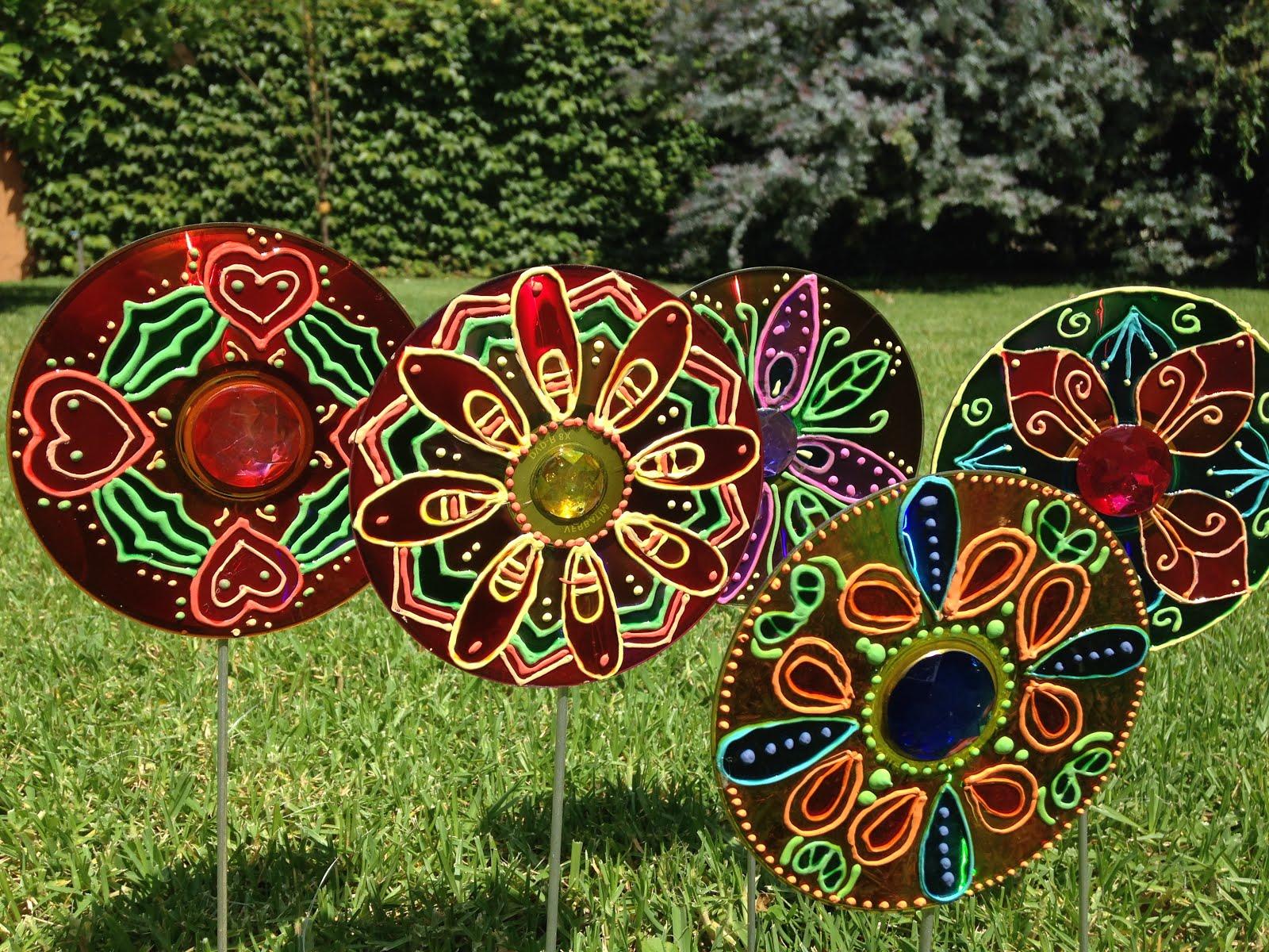 Van a dar mucho color y con la luz del sol destellos for Adornos para decorar un jardin