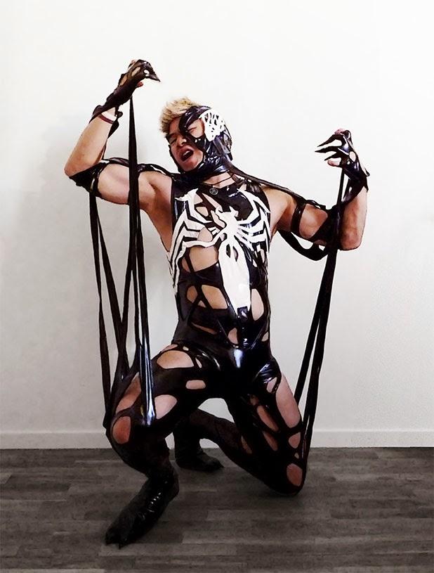 cosplay de venom avec asiatique blond