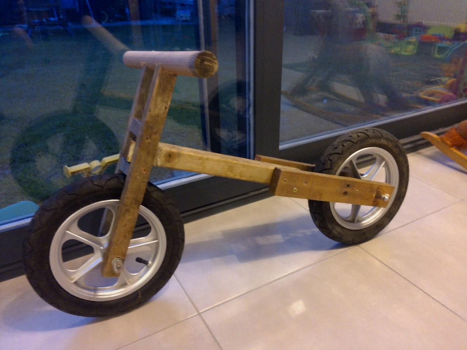 Bicky en zijn fietsen zelfbouw houten loopfietsje for Houten vijverbak maken