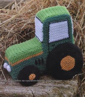 Вязаная игрушка трактор