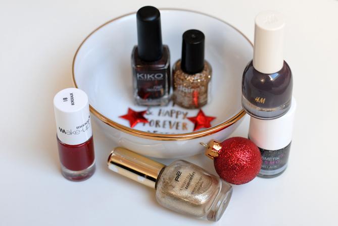 festive shiny sparkly glitter Christmas manicure nails