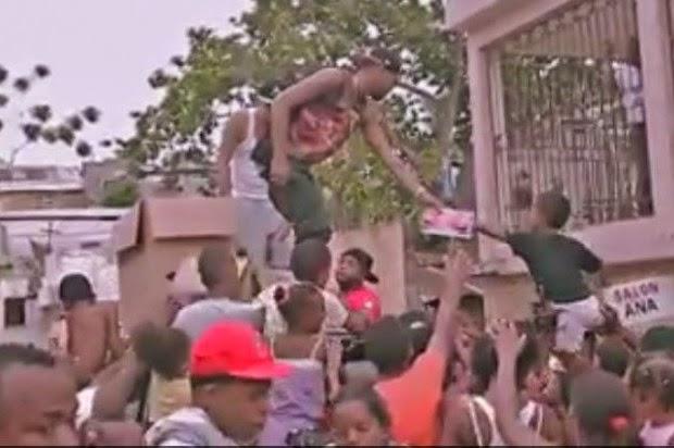 El cantante de música urbana, El Mayor Clásico entregó cuadernos y mochilas a niños de escasos recursos del sector Las Cañitas del Distrito Nacional, de donde es oriundo.