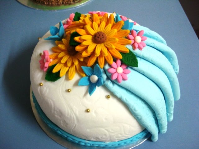 Fondant Decor On Buttercream Cake : Shyieda Gateaux Homemade Melaka: Decorating fondant ...