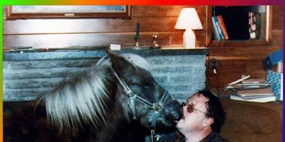 Lelaki Menikahi Kuda Poni
