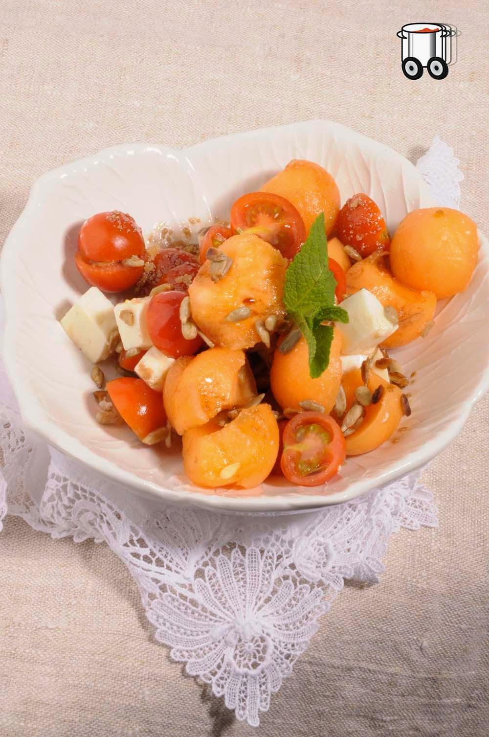 Szybko Tanio Smacznie - Wiosenna sałatka z melona, mozarelli i pomidorków koktajlowych