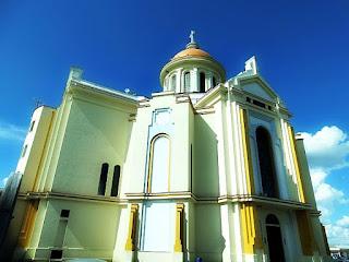 Santuário de Nossa Senhora do Caravaggio, em Farroupilha. Prédio arredondado, com grande cúpula.