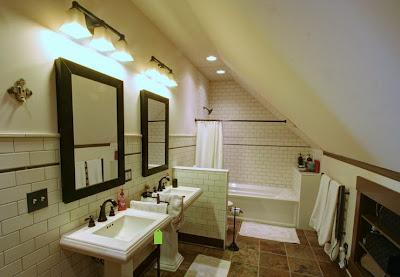 Cuarto de baño grande debajo de las escaleras
