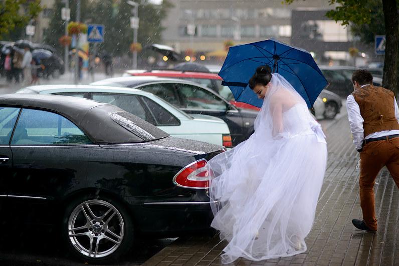 Vestuvės lyjant