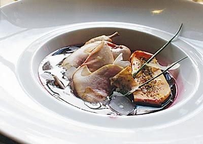 Gelée de sangria et caille, salade de cèpes crus, copeaux de fromage de brebis et foie gras