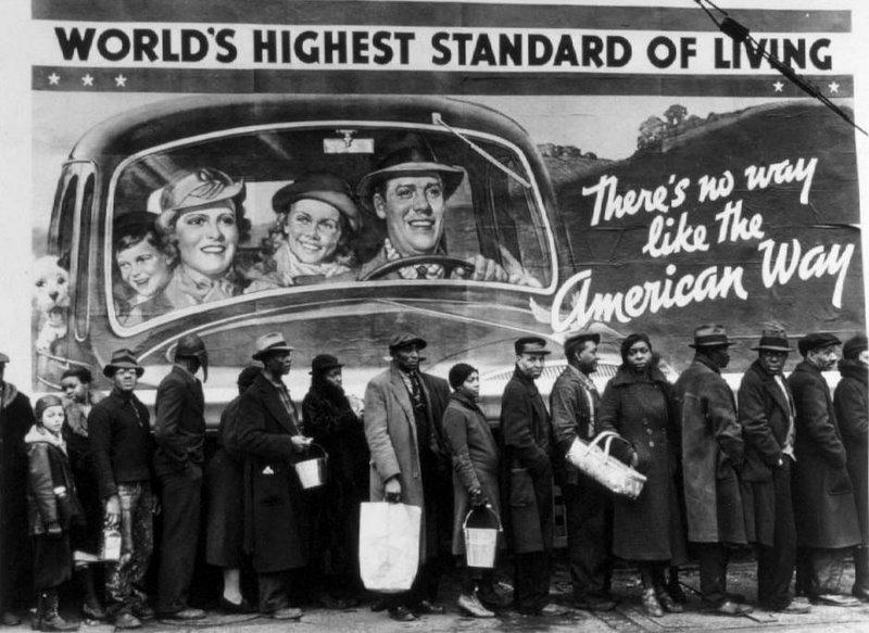 Fila de desempregados no primeiro plano e no segundo plano um cartaz evidenciando o American Way of life.